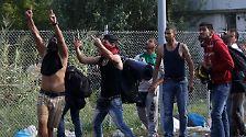 """Im Gegenteil - die Flüchtlinge wollen nicht weichen und skandieren: """"Öffnen, öffnen"""", und meinen damit, dass die ungarischen Behörden ihre Weiterreise gewährleisten sollen."""