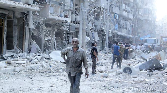 Seit dem Dauerfeuer der syrischen Truppen liegt in Aleppo kaum noch ein Stein über dem anderen. (Archivbild)