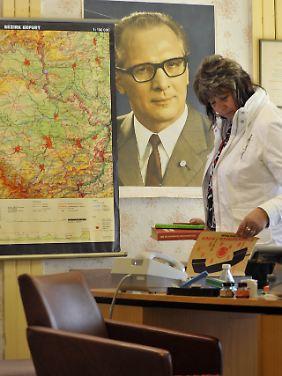 """Nachgestalteten Ambiente eines DDR-Büros in der Ausstellung """"Olle DDR"""" in Apolda - neben einer Karte des Bezirks Erfurt ziert ein Porträt des Staatsratsvorsitzenden Honecker die Wand."""