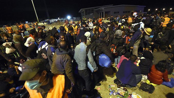 Im österreichischen Nickelsdorf kommen Tausende Flüchtlinge an.