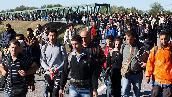 Zehntausende auf der Balkanroute: Ungarn winkt Flüchtlinge durch