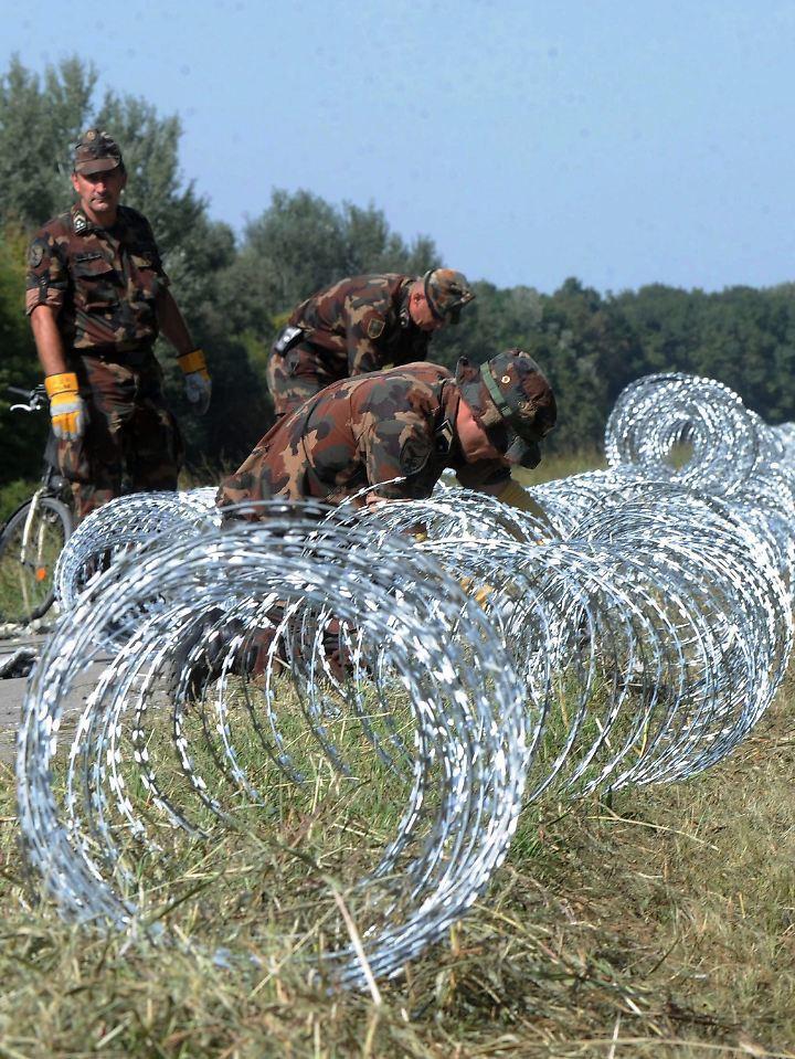 Mitte September beginnt Ungarn damit, seine Grenze zu Kroatien mit Stacheldraht zu schließen.