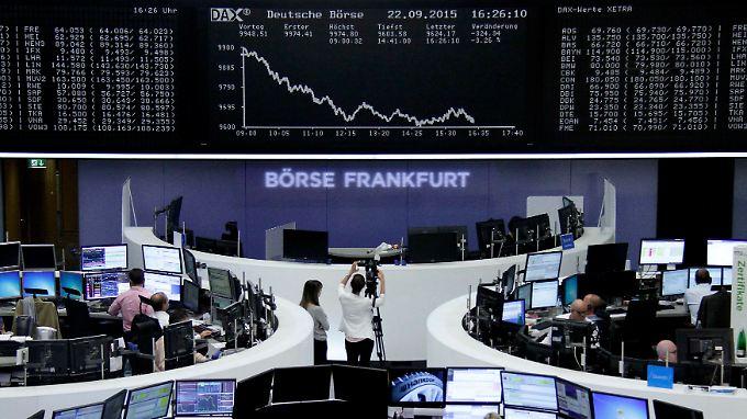 Der Dax am Dienstag: Unsicher gestartet, Verluste ausgebaut, vier symbolisch bedeutsame Kursmarken gerissen. Der Skandal bei VW löst einen allgemeinen Ausverkauf aus.