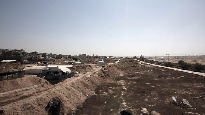 Die Grenze zwischen Ägypten (rechts) und dem palästinensischen Gazastreifen in Rafah. Unter den Zelten verbergen sich Eingänge zu den Tunneln.