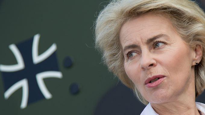 Verteidigungsministerin Ursula von der Leyen hat jede Menge Geld übrig: Grund dafür sind Lieferverzögerungen bei wichtigen Rüstungsprojekten.