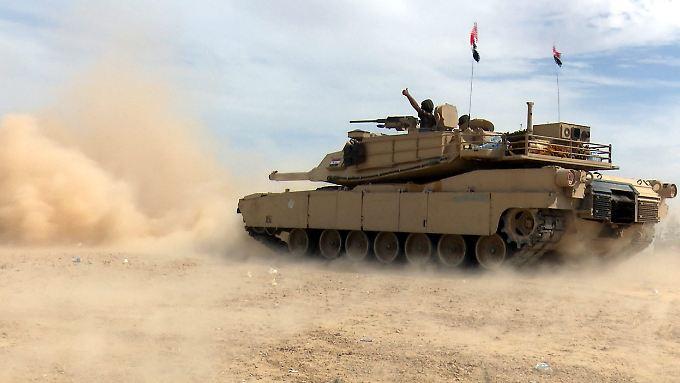 Panzer der irakischen Armee in der Nähe von Tikrit.