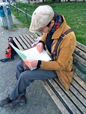 Johann sucht für obdachlose Flüchtlinge eine Übernachtungsmöglichkeit.