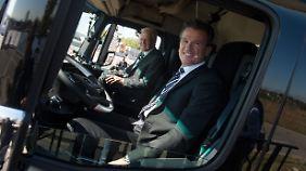 Baden-Württembergs Ministerpräsident Kretschmann (l) und Daimler-Truck-Chef Bernhard bei der teilautonomen Fahrt auf der A8.
