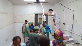 In provisorisch hergerichteten Räumen operieren überlebende Ärzte die verletzten Opfer des Angriffs.