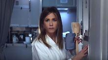 Im Bademantel auf Reisen: Jennifer Aniston findet die Dusche nicht