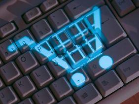 Wer im Internet einkauft, sollte einen genauen Blick auf die Widerrufsbelehrung werfen. Fehlen etwa die Kontaktdaten, können Kunden keinen Widerruf erklären.