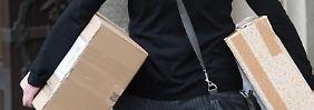 Oft landen Pakete beim Nachbarn statt beim Empfänger. Zahlen muss der für die Ware aber erst, wenn er sie auch erhalten hat.