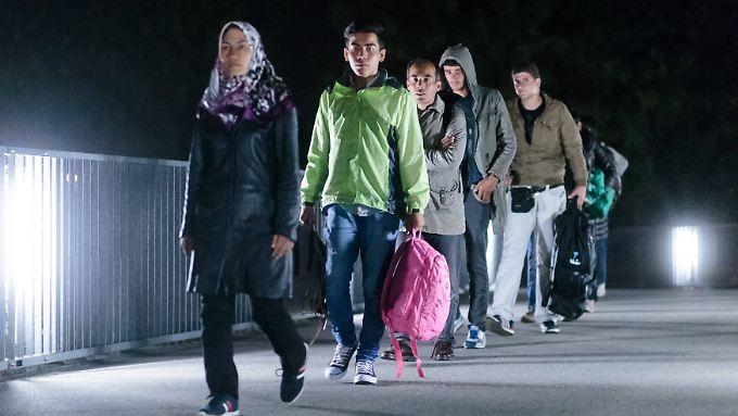 Flüchtlinge überqueren die Grenze nach Deutschland.