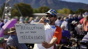 """Die Älteren erinnern sich an den Song von Gil Scott Heron, """"The Revolution Will Not Be Televised"""" (""""Die Revolution wird nicht im Fernsehen übertragen""""). Dieser Sanders-Anhänger wirft den Medien vor, den Senator aus Vermont bewusst zu ignorieren."""