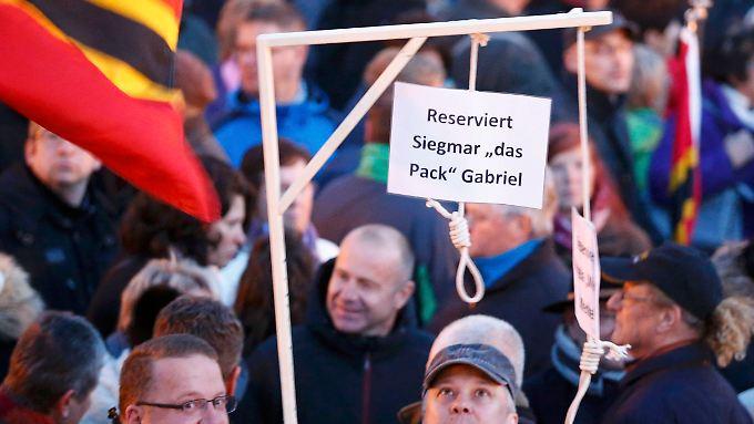 9000 Demonstranten in Dresden: Pegida-Anhänger tragen Galgen für Merkel und Gabriel