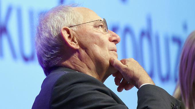 Finanzminister Wolfgang Schäuble versucht, die schwarze Null zu retten.