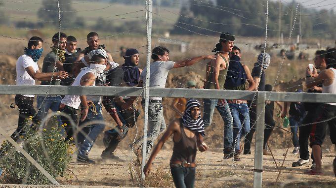 Ein verwundeter Palästinenser wird getragen, nachdem israelische Sicherheitskräfte nahe der Grenze zum Gaza Streifen auf ihn geschossen haben.