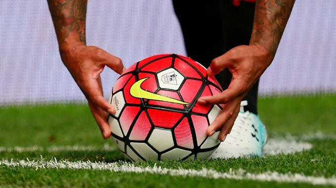 """So sieht ein Fußball bei Manchester United aus: Nike ist Sponsor der """"Red Devils""""."""