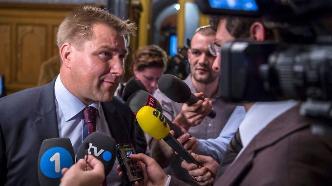 SVP-Chef Toni Brunner spricht nach der Wahl mit Journalisten.