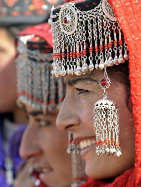 Frauen in traditioneller Tracht nehmen in Tashkurgan an einem Fest teil.