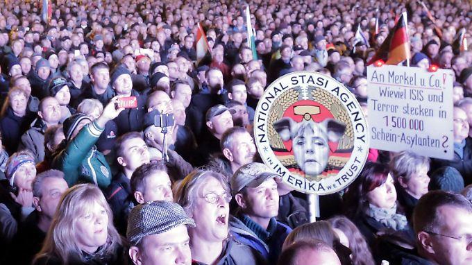 Pegida-Demo in Dresden: Ein Teil des breiten Spektrums rechter Hass-Veranstaltungen.