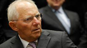 Wolfgang Schäuble greift Merkel bislang nicht offen an.