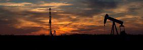Die US-Ölförderung sinkt, die Strategie der Scheichs geht offenbar auf.
