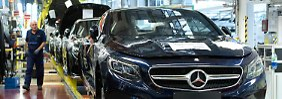 """""""Null-Fehler-Tor"""" im Mercedes-Benz Werk in Sindelfingen: Daimler-Mitarbeiter schrauben an Fahrzeugen der S-Klasse (Archivbild)."""