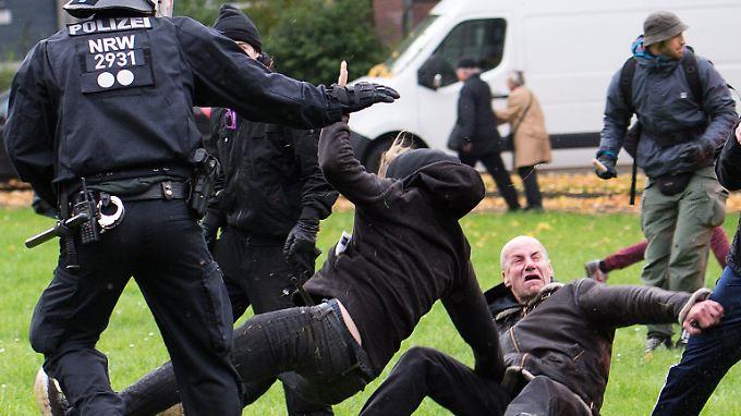 Die Polizei musste Hooligans und Gegendemonstranten voneinander trennen.