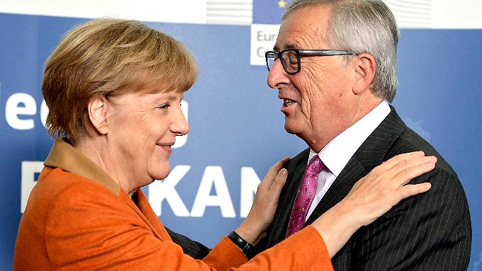 EU-Kommissionspräsident Juncker freut sich, dass Angela Merkel in der Flüchtlingsfrage Herz zeigt.