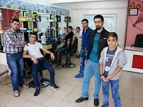 Silêman Hasan (2. v.r.) nutzt den Namen eines Türken, um seinen Salon in Yenibosna betreiben zu können.