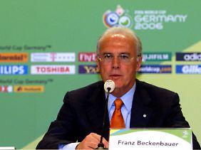 Im WM-OK mit verantwortlich für die ominöse Millionenzahlung: Organisationschef Franz Beckenbauer (r.) und Ex-DFB-Boss Wolfgang Niersbach.
