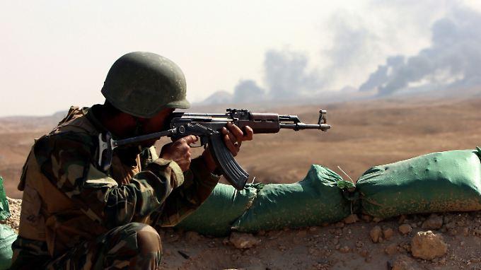 Ein irakischer Soldat kämpft im Norden des Landes gegen den IS. Die USA wollen dies unterstützen - auch mit eigenen Bodentruppen.
