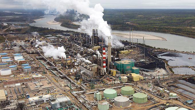 In Kanada gibt es riesige Ölsand-Vorkommen, wie hier am Athabasca-Fluss bei Fort McMurray: Die Förderung ist für Shell aber zu teuer.