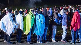 Flüchtlinge an deutschen Grenzen: 3000 Menschen müssen nachts in der Kälte ausharren