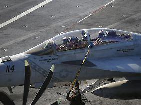 """Alarmstart mit vier Kampfflugzeugen: Eine F/A-18 auf dem Flugdeck der """"USS Ronald Reagan""""."""