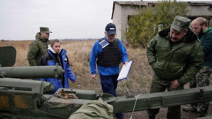 Beobachter der OSZE untersuchen den Abzug von Kriegsgerät der prorussischen Separatisten in der Ostukraine.