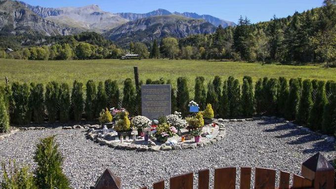 In den französischen Alpen erinnert ein Gedenkstein an die Opfer.