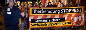 """Anhänger der NPD protestieren in Berlin unter dem Motto """"Das Boot ist voll""""."""