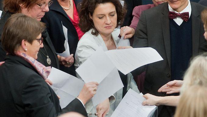 Ungewöhnlich emotionale Debatte: Bundestag entscheidet über Neuregelungen zur Sterbehilfe