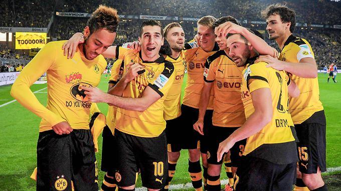 Selig vereint: Die Dortmunder Borussen feiern das 3:1 des Kollegen Pierre-Emerick Aubameyang - zu erkennen am Batman-T-Shirt.
