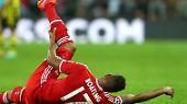 Jerome Boateng vom FC Bayern hatte schon eine Knieverletzung - dann knallt ihm eine Stewardess den Getränkewagen vor's Gelenk.