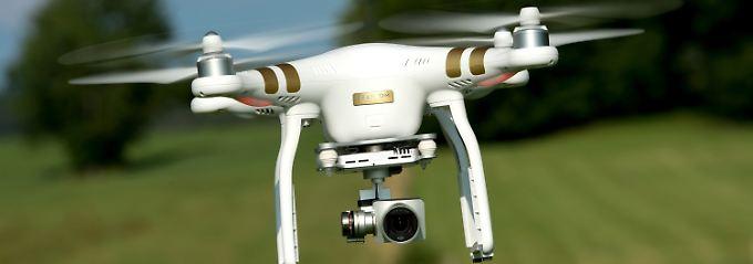 Verkehr auf Bundesstraße gefährdet: Drohne zwingt Autofahrer zur Vollbremsung