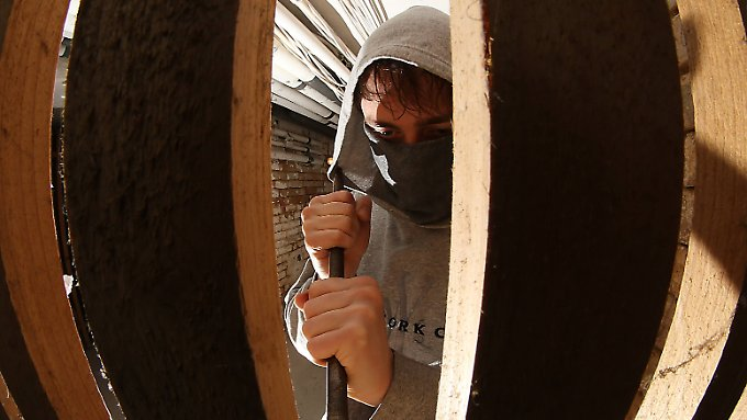 Der Mieter entdeckte den Einbrecher im Keller des Gebäudes. (Symbolfoto)
