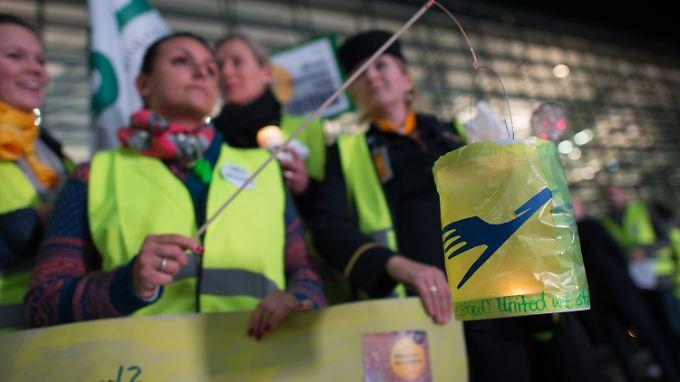 Die Flugbegleiter der Lufthansa kämpfen für eine bessere Übergangsversorgung.