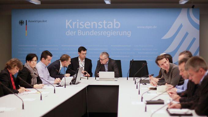 Staatsekretär Stephan Steinlein (Mitte) leitete am Samstag die Krisensitzung im Auswärtigen Amt.