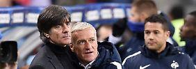 Freitag, 13. November: Der deutsche Trainer Joachim Löw und sein französische Kollege Didier Deschamps umarmen sich im Stade de France.