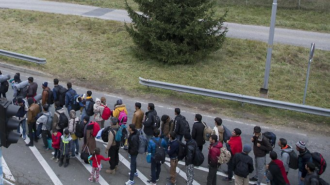 Flüchtlinge warten an der slowenisch-österreichischen Grenze bei Spielfeld.