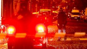 Spezialkräfte vor einer abgesperrten Straße im Brüsseler Stadtteil Molenbeek.