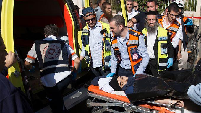Die verletzte 14-jährige Angreiferin wird in Handschellen ins Krankenhaus gebracht.